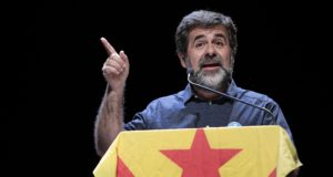 A katalán nemzetgyűlés elnöke, Jordi Sanchez beszédet mond egy katalán népszavazást támogató eseményen  Barcelonában 2017. szeptember 24-én.  EPA/SUSANNA SAEZ