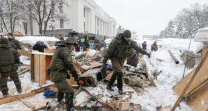 Az ukrán rendõrség felszámolja Miheil Szaakasvili volt odesszai kormányzó tüntetõ híveinek sátortáborát a kijevi parlament elõtt 2018. március 3-án. (MTI/EPA/Szerhij Dolzsenko)