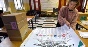 Milánó, 2018. március 3. A választási bizottság egyik tagja az elõkészületek közben egy milánói szavazóhelyiségben 2018. március 3-án, egy nappal az országban rendezett parlamenti választások elõtt. (MTI/EPA/Daniel Dal Zennaro)