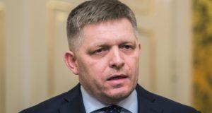Robert Fico szlovák miniszterelnök sajtótájékoztatót tart a pozsonyi kormánypalotában 2018. március 14-én. Fico bejelentette, hogy bizonyos feltételekkel kész lemondani a kormányfői tisztségről. Ezek a feltételek, hogy Andrej Kiska államfő elfogadja, hogy a választásokon győztes párt, az Irány - Szociáldemokrácia (Smer-SD) dönt a kormány összetételéről, elfogadja a miniszterelnök lemondását követően megalakuló kormányt, illetve szavatolja, hogy a hárompárti koalíció tovább működhessen. (MTIEPA/Jakub Gavlak)