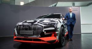 Ingolstadt, 2018. március 15. Rupert Stadler, az Audi vezérigazgatója az Audi e-tron prototípusa mellett a német jármûipari cég elõzõ évi mérlegét ismertetõ sajtóértekezleten a társaság ingolstadti székházában 2018. március 15-én. (MTI/EPA/Lukas Barth)