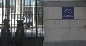 Moszkva, 2018. március 17. Orosz rendőrök a brit nagykövetség épülete előtt Moszkvában 2018. március 17-én. Ezen a napon az orosz külügyminisztérium közölte a Szkripal-ügyben bekéretett Laurie Bristow oroszországi brit nagykövettel, hogy 23 brit diplomatát kiutasítanak az országból, visszavonják az engedélyt, hogy az Egyesült Királyság főkonzulátust nyisson Szentpéterváron, és leállítják a kulturális és oktatási ügyekkel foglalkozó British Council tevékenységét Oroszországban. (MTI/EPA/Szergej Ilnyickij)