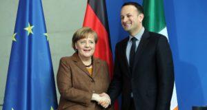 Berlin, 2018. március 20. Angela Merkel német kancellár (b) és Leo Varadkar ír miniszterelnök kezet fog a berlini kancellári hivatalban tartott sajtótájékoztatójuk végén 2018. március 20-án. (MTI/EPA/Felipe Trueba)