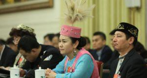 Hszincsiang tartomány ujgur autonóm kisebbséghez tartozó delegáltjai a 13. Nemzeti Népi Kongresszuson Pekingben, 2018. március 13-án. A Nemzeti Népi Kongresszuson több, mint 3000 delegált vesz részt, ezzel a világ legnagyobb törvényhozó gyűlése, bár funkciója inkább formális, és kimerül a pártvezetés javaslatainak elfogadásában.  EPA/WU HONG