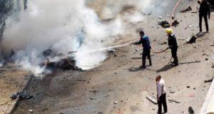 Alexandria, 2018. március 24. Egy felrobbantott jármû maradványait locsolják vízzel a tûzoltók az egyiptomi Alexandriában, ahol pokolgépes merényletet követtek el a biztonsági erõk egyik jármûve ellen. (MTI/EPA)