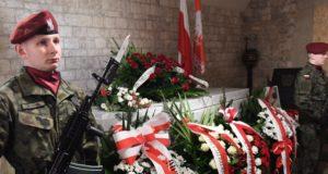 Krakkó, 2018. április 10. Lech Kaczynski volt lengyel elnök és felesége, Maria Kaczynska szarkofágja a krakkói királyi várban, a Wawel székesegyház kriptájában a házaspár halálát okozó repülõszerencsétlenség nyolcadik évfordulójának alkalmából 2018. április 10-én. A házaspárt és 94 másik embert – köztük az állami szféra és a hadsereg több vezetõ személyiségét – szállító repülõgép 2010. április 10-én zuhant le az oroszországi Szmolenszk közelében, és senki sem élte túl közülük a katasztrófát. (MTI/EPA/Jacek Bednarczyk)