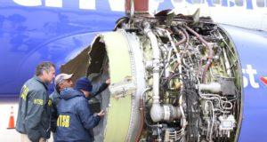 Az Amerikai Nemzeti Közlekedésbiztonsági Ügynökség által közreadott képen szakértők vizsgálják a Southwest Airlines 1380-as járatának felrobbant hajtóművét a Philadelphiai Repülőtéren 2018. április 17-én, miután a gép kényszerleszállást hajtott végre. A New Yorkból a dallasi Love Fieldbe tartó járat hajtóműve repülés közben robbant fel, a gép ablakai betörtek, a balesetben egy ember életét vesztette. (MTI/EPA/NTSB)