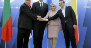 Bukarest, 2018. április 24. Bojko Boriszov bolgár miniszterelnök, Aleksandar Vucic szerb államfõ, Viorica Dancila román miniszterelnök és Alekszisz Ciprasz görög kormányfõ (b-j) a négyoldalú csúcstalálkozójukat követõ sajtótájékoztatón a bukaresti Viktória-palotában 2018. április 24-én. A tanácskozáson a vezetõk a négy fõváros autópálya-összeköttetésének megteremtésérõl, a balkáni országokat átszelõ vasútvonalak korszerûsítésérõl és energetikai projektekrõl egyeztettek. (MTI/EPA/Robert Ghement)