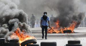Tüntető égő gumiabroncsok között a rohamrendőrökkel vívott összecsapás közben a nicaraguai főváros, Managua egyik főutcáján 2018. április 20-án.  (MTI/AP/Alfredo Zuniga)