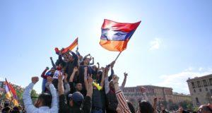 Jereván, 2018. április 23. Szerzs Szargszján örmény miniszterelnök lemondását ünneplik Jerevánban 2018. április 23-án. A korábbi államfõ a kinevezését ellenzõ sorozatos tüntetések hatására mondott le a miniszterelnöki tisztségrõl, amelyet mindössze egy héten át töltött be. (MTI/AP/PAN/Grigor Jepremjan)