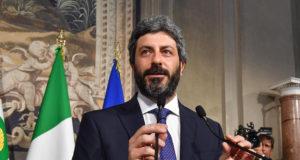 Róma, 2018. április 23. Roberto Fico, az olasz képviselőház elnöke, az Öt Csillag Mozgalom (M5S) politikusa sajtótájékoztatón beszámol a Sergio Mattarella olasz államfővel tartott megbeszélése eredményéről a római államfői rezidencián, a Quirinale-palotában 2018. április 23-án. Mattarella az M5S és a balközép Demokrata Párt (PD) közti kormányalakítás lehetőségének felmérésével bízta meg Ficót. Olaszországban március 4-én tartottak választásokat, de egyetlen párt vagy pártszövetség sem szerzett többséget. (MTI/EPA/Alessandro Di Meo)